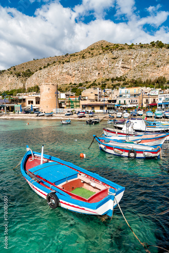 La pose en embrasure Palerme Small port with fishing boats in the center of Mondello.