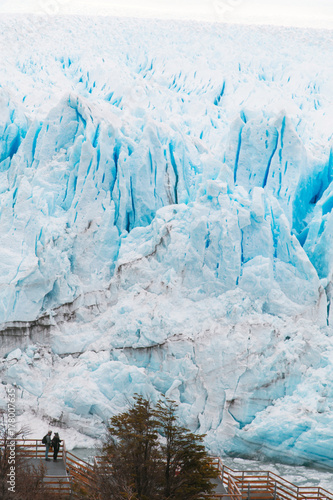 Plakat Lodowiec Perito Moreno jest lodowcem położonym w Parku Narodowym Los Glaciares w prowincji Santa Cruz w Argentynie. Jest to jedna z najważniejszych atrakcji turystycznych w argentyńskiej Patagonii.