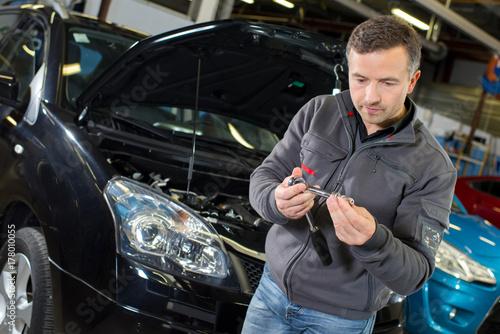 Zdjęcie XXL mechanik trzymający narzędzie