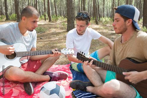 Plakat młodzi hipisa ludzie relaksuje w lesie outdoors