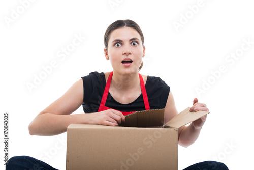 Zdjęcie XXL Dziewczyna podekscytowana, rozpakowując jej dostawę