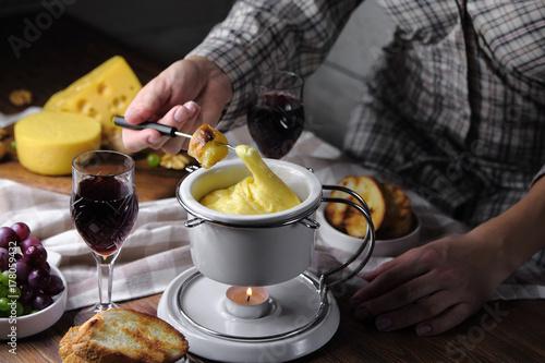 фондю с гренками,красным вином и виноградом