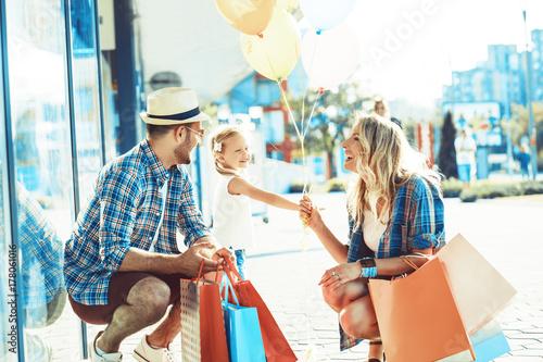 Plakat Szczęśliwa rodzina w zakupy