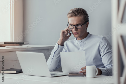 Fototapety, obrazy: Young businessman working