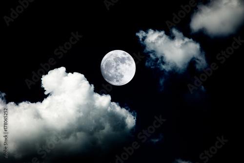 wielki księżyc w tle nocne niebo brak zdjęcia od nasa