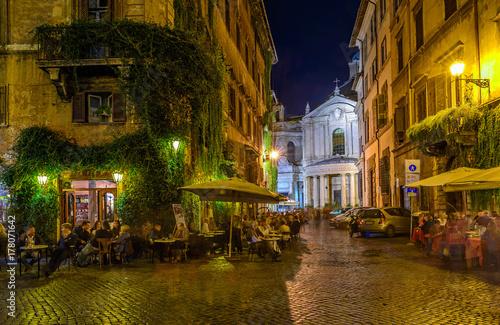 widok-stara-wygodna-ulica-w-rzym-wlochy