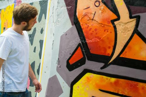 Plakat Graffiti na płocie.
