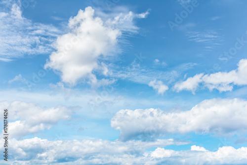 Plakat Niebieskie niebo z białymi chmurami, cloudscape tło.