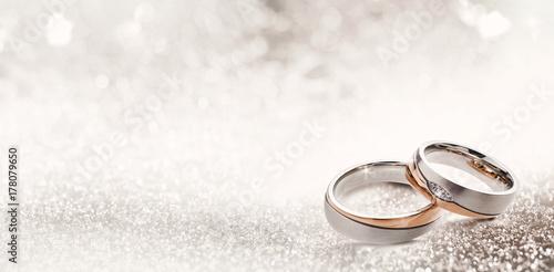 Fotografie, Obraz Designer wedding rings on a sparkling background