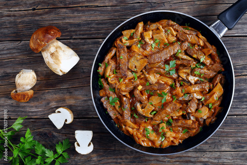 Fotografia tasty veal strips stewed with porcini