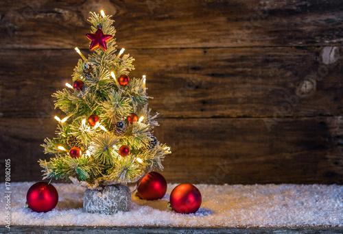 Fotografia  Frohe Weihnachten Tannenbaum mit Kugeln rot und Lichter
