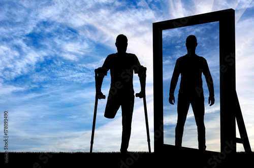 Photo Silhouette of a man with an amputated leg with crutches