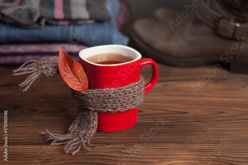 Plakat kubek herbaty na szaliku, jesienny liść i zestaw sezonowych ubrań