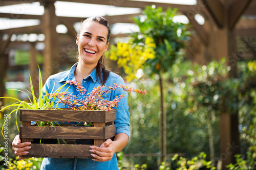 Fotografia  Woman working in garden center