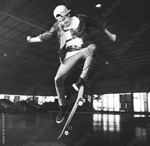 Photo  Young cheerful man skating a board