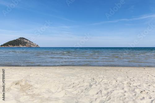 Plakat plaża z małą wyspą
