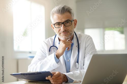 lekarz-w-biurze-pracy-na-kartotece-pacje