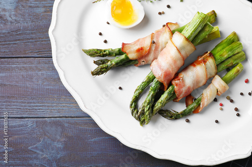 Photo sur Toile Entree Plate with bacon wrapped asparagus on table