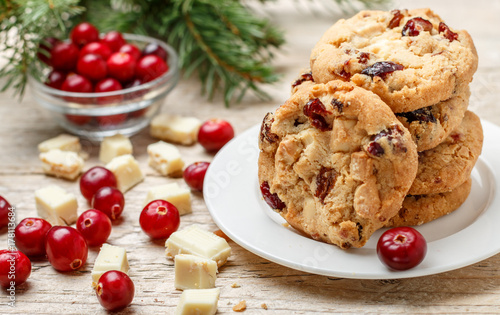 Plakat Domowe świąteczne ciasteczka żurawinowe z białą czekoladą w misce na stole. Styl rustykalny. Selektywna ostrość