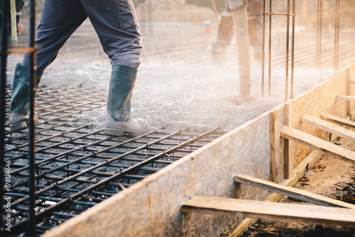 Fotografia Concrete pouring during commercial concreting floors of buildings in constructio