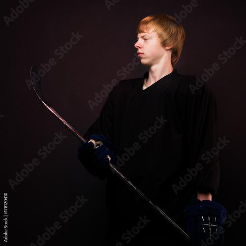 Plakat Młody facet na lodzie gracza