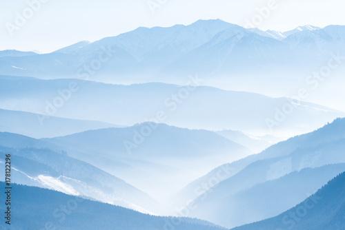 krajobraz-z-blekitnymi-gorami