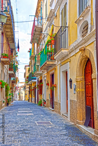 Fototapeten Schmale Gasse the old town of Pizzo Calabro Italy