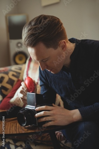 Deurstickers Retro Man repairing vintage camera