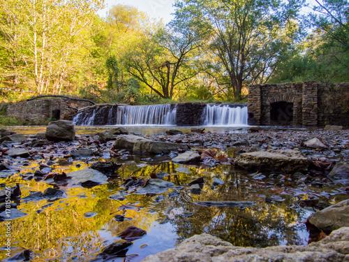 Plakat Stara kamień tama na rzece w jesieni
