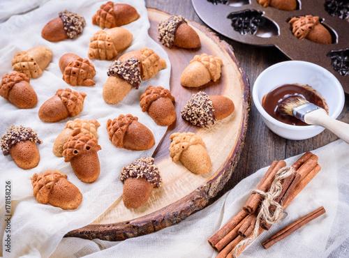 Zdjęcie XXL Zbliżenie klonowy Acorn Cakelets, acorn kształtuje ciastka na drewnianym plasterek porci desce, taca.