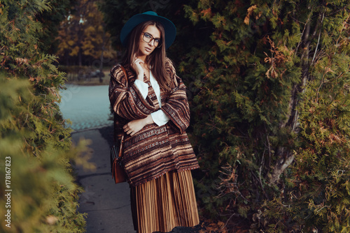 Poster Gypsy hipster woman in glasses