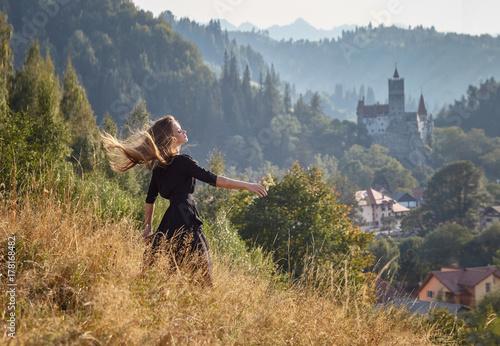 Plakat Piękna dziewczyna, model w naturze w świetle słonecznym w lecie. Piękno, styl, styl życia.