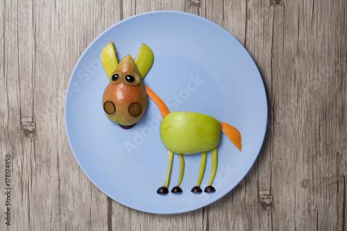 Zdjęcie XXL Koń robić z jabłkiem i bonkretą na półkowej i drewnianej teksturze