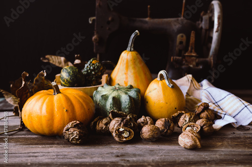 Poster Pays d Asie Walnuts and mini pumpkins on rustic table. Autumn holiday style.