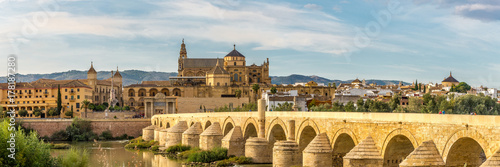 Papiers peints Pont Panoramic view at the Mosque-Cathedral with Roman bridge in Cordoba, Spain