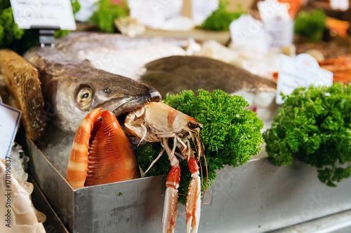 Zdjęcie XXL Świeżo złowione ryby morskie, homary i inne owoce morza