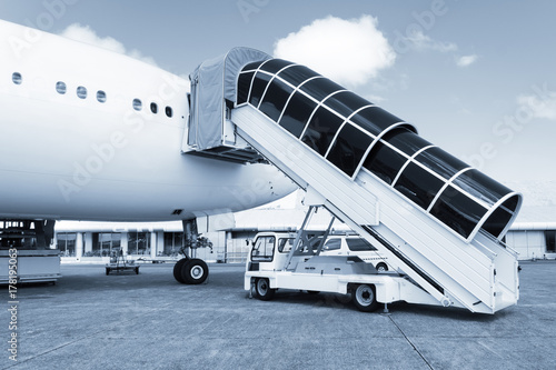 Zdjęcie XXL Drabina samolot podłączony do samolotu i gotowy do przekazania ludzi na lotnisku