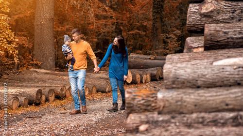Plakat Młoda para chodzi w lesie z małym chłopcem