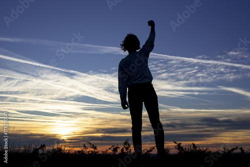 Fotografia femme levant le poing