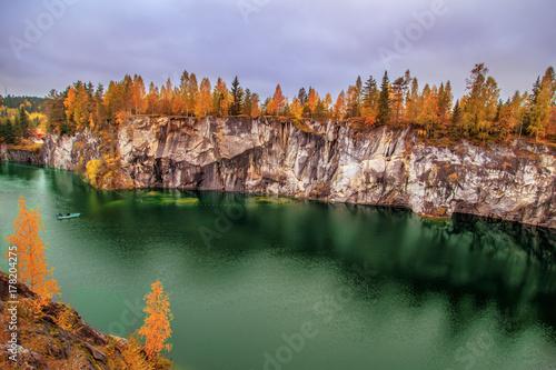 Plakat Opuszczony marmurowy kanion. Wspaniały jesienny krajobraz.