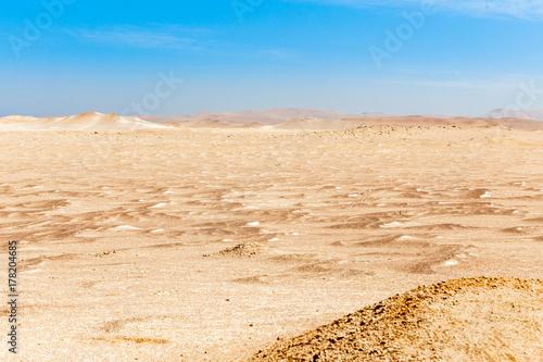 Zdjęcie XXL Niebieskie niebo z chmurami i żółtymi piaskami Paracas pustynia park narodowy, Peru
