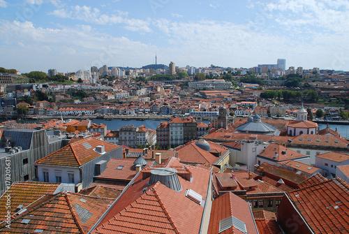 Plakat Kolorowe fasady i dachy domów w Porto, Portugalia.