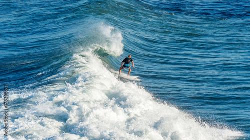 Obraz na płótnie Surfer na fali. Fale na wyspie Bali, Indonezja.