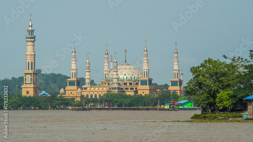 Zdjęcie XXL widok na piękny meczet nad rzeką