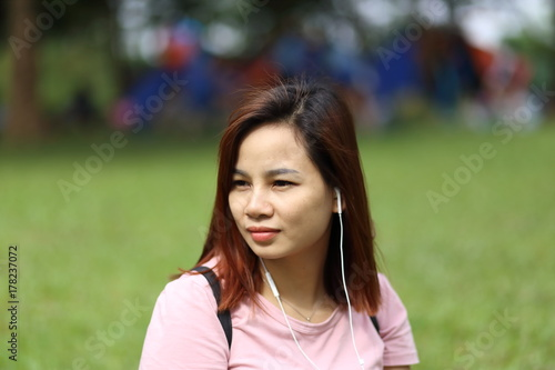 Fototapety, obrazy: スマートフォンで音楽を聴く女性