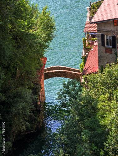Fototapeta starożytny kamienny most nad spokojnymi wodami jeziora