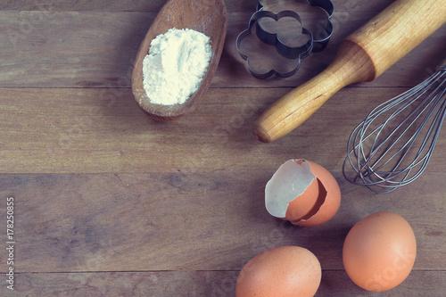 Fototapeta Jajka, mąka, wałek do ciasta, kształt, corolla, składniki do pieczenia z kopią naciągu w stylu vintage