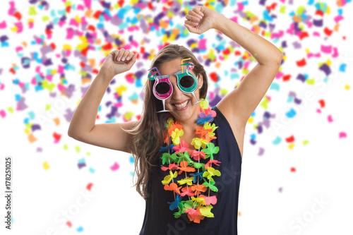 Fotografie, Obraz  Bonita garota pulando feliz na festa de celebração com confetes caindo por toda parte sobre ela
