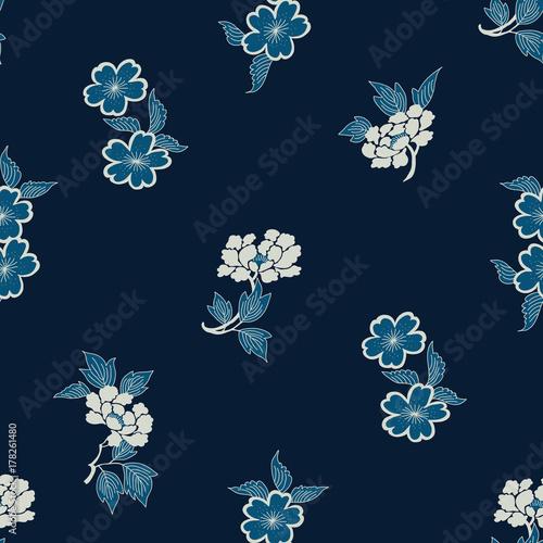 batikowy-wzor-japonski-tradycyjny-motyw-z-kwiatami-piwonii-i-kwiatami-wisni-ecru-i-kobalt-na-granatowym-tle