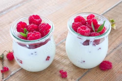Plakat Jogurt naturalny z malinami